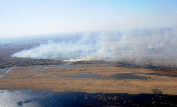 Aumenta la quema de pastizales en las islas y un helicóptero hidrante trabaja para controlar el fuego