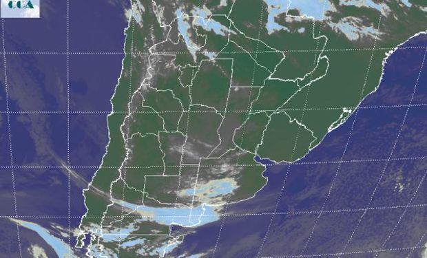 La foto satelital da las primeras evidencias del posicionamiento de aire más húmedo sobre zonas del oeste.