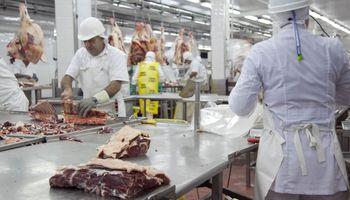 Trabajadores de la carne y frigoríficos acordaron un aumento salarial del 30 %