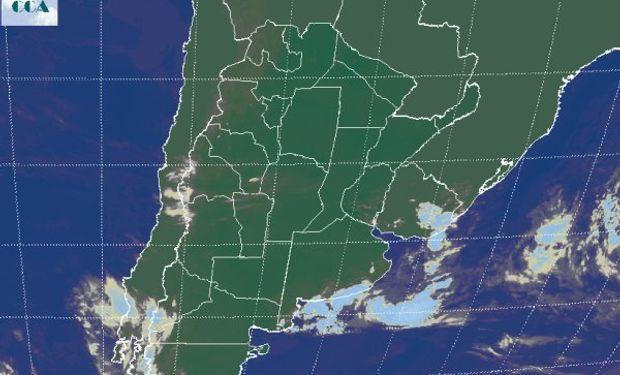 La foto satelital permite apreciar como lo más destacado el pasaje de la baja presión que ya va saliendo frente a las costas del sudeste de BA.