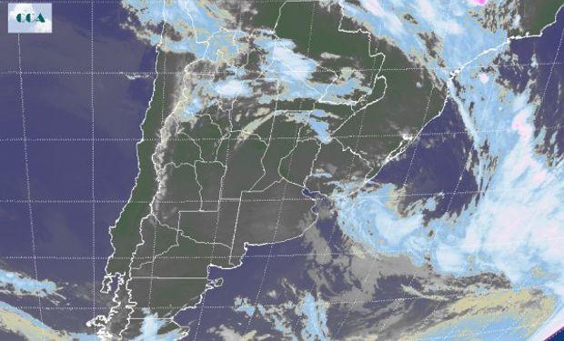 Puede observarse la influencia del sistema de alta presión sobre la franja central del país que impone cielos con escasa a nula nubosidad.