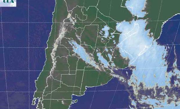 Actualmente se mantienen algunos sectores con coberturas nubosas en la franja central de la región pampeana con reporte de algunas lloviznas, sin embargo la principal actividad ya se ha desplazado hacia el extremo noreste de la Mesopotamia.