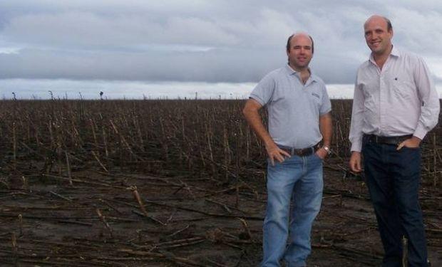 Santiago y Fernando Negri, sobre un rastrojo de girasol cerca de Daireaux.