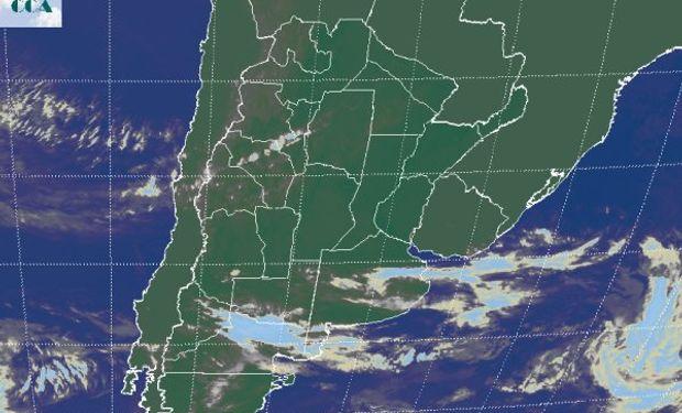 En la foto satelital, se aprecia un frente frío desorganizado con nubes que viajan hacia el este sobre el norte de la Patagonia.