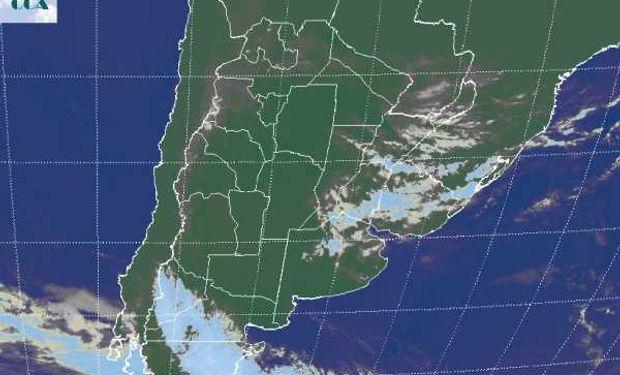 En la foto satelital, se aprecia un vasto despliegue de nubosidad desde el sur de Paraguay hasta el noreste de BA.