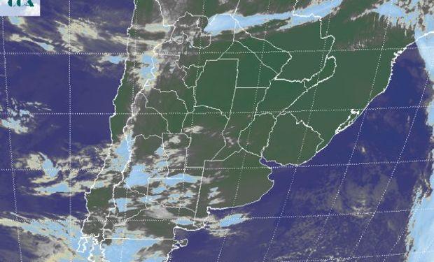 La foto satelital presenta el avance de nubosidad desde la región cuyana y patagónica que se desorganiza sobre la región pampeana al ingresar en la zona de alta presión.