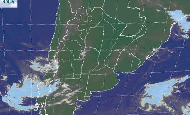 En la foto satelital se aprecia en forma tenue el manto de nubes bajas que afecta buena parte de CB