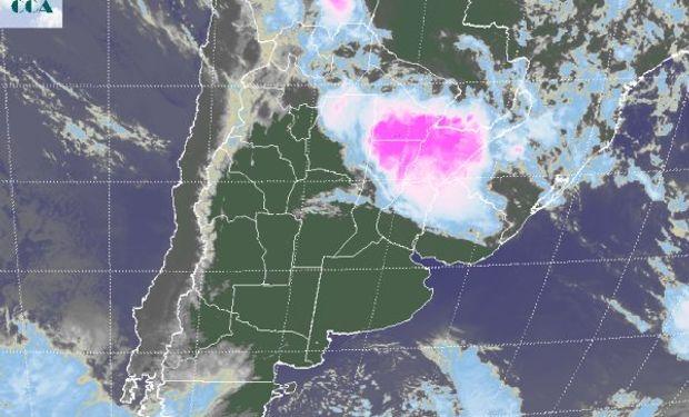 La foto satelital permite apreciar claramente el desplazamiento, lento, hacia el noreste del país.