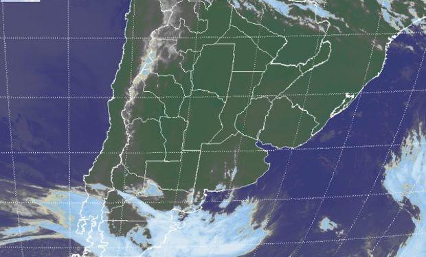 La foto satelital permite identificar coberturas nubosas que transitan sobre la región patagónica.
