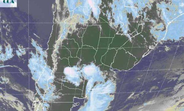 La foto satelital presenta un sistema frontal que intenta avanzar desde el sudoeste pero encuentra por el momento una barrera difícil de franquear en el noreste de Buenos Aires.