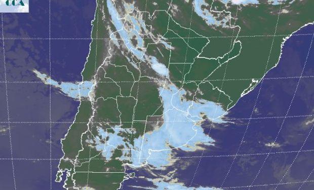 La banda nubosa que se observa sobre el este deviene de las coberturas que durante la noche de ayer y la madrugada de hoy cubrían gran parte de la franja mediterránea.