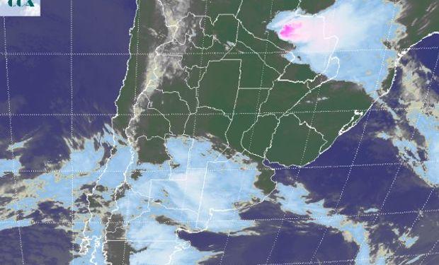 La foto satelital presenta un vasto despliegue de nubosidad avanzando desde el norte de la Patagonia.