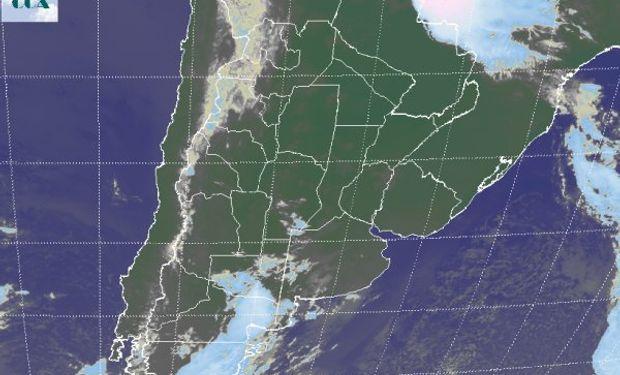 En la foto satelital se aprecia el avance de una perturbación desde el noreste de la Patagonia.