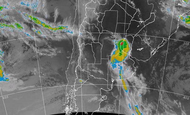 La foto satelital muestra una franja de nubosidad que desde el sur de SF se proyecta angostándose hacia el sur de BA, sobre el partido de Tres Arroyos.