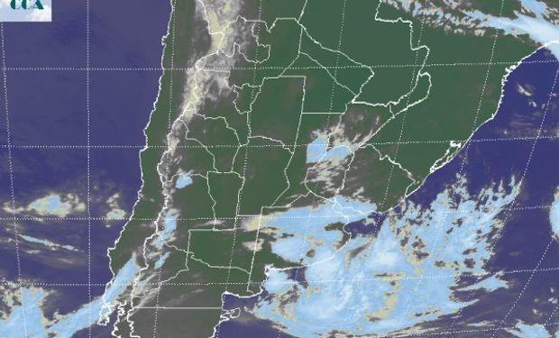 La foto satelital presenta el avance de la nubosidad sobre la provincia de BA, pero la perturbación que la genera, lleva su principal carga hacia el océano.