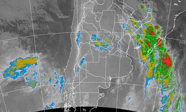 La foto satelital permite apreciar el corrimiento del sistema frontal hacia el este, afectando actualmente el NEA. Imagen: SMN