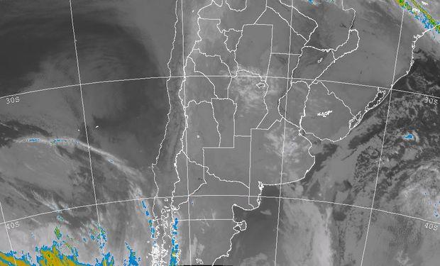 Se aprecia el tránsito de algunas nubes, que en forma de frente avanzan hacia el noreste.