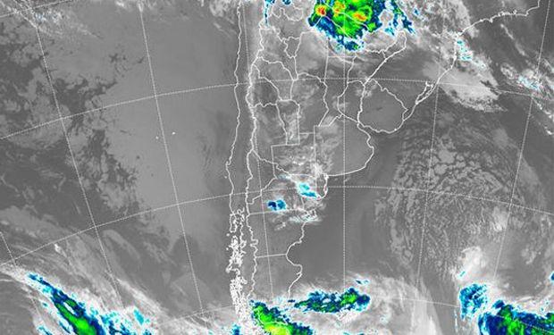 En el recorte de la Imagen Satelital puede observarse el principal núcleo nuboso afectando reiteradamente la región del NEA.
