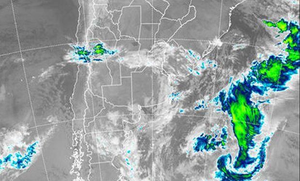 En el recorte de imagen satelital se aprecian nubes bajas tomando buena parte de la franja central del país y el este de Buenos Aires.