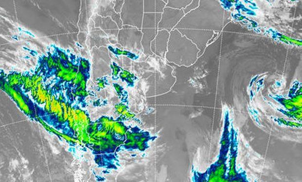 En la imagen satelital puede observarse que la fuente de las perturbaciones que provocó el avance de coberturas.