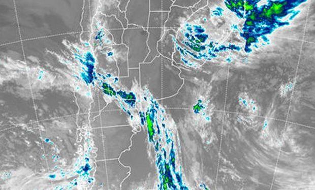 En la imagen satelital se destaca la salida hacia el este de las coberturas que provocaron las lluvias del fin de semana.