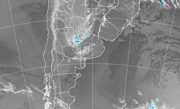 En el recorte de imagen satelital pueden observarse nubes bajas de vasta cobertura.