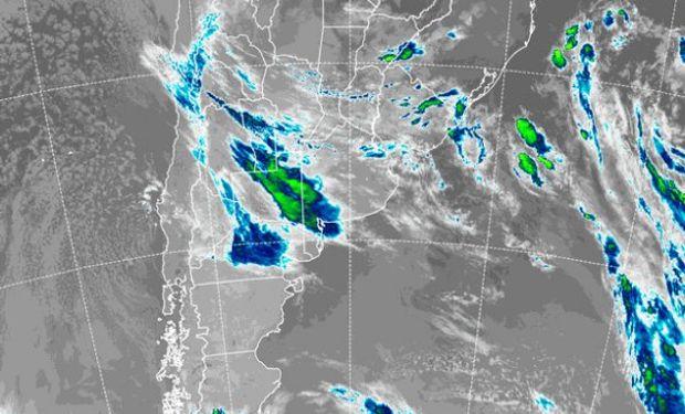 En el recorte de imagen satelital, puede apreciarse el despliegue generalizado de coberturas nubosas.