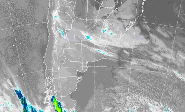 La foto de satélite permite reconocer el tránsito de nubes bajas sobre las provincias del centro y la Mesopotamia.