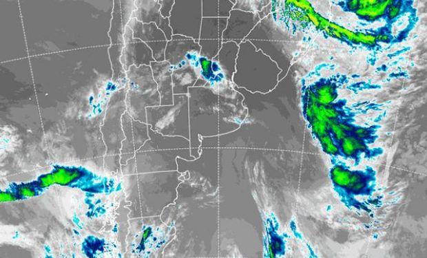 En la foto de satélite se observan algunas coberturas nubosas que con epicentro en el sur de Santa Fe.