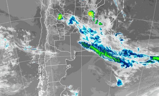 En la foto de satélite se observa la línea de nubosidad que define la posición del sistema frontal.
