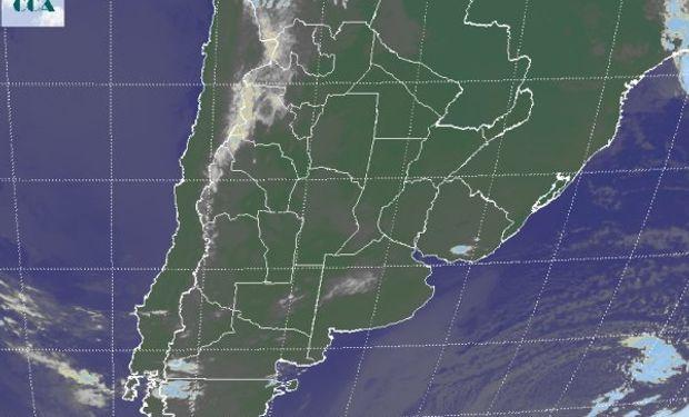 La foto satelital permite identificar, tenues nubes bajas que se despliegan desde el NOA, tomando buena parte de CB, el sur de SF y el noroeste de BA.