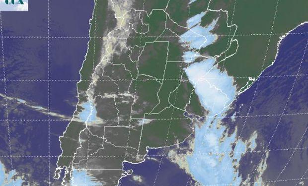 Se aprecian las principales coberturas nubosas desplazadas hacia el este.