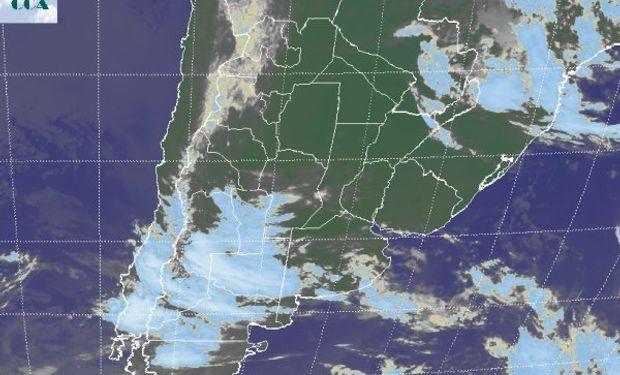 En la foto satelital se aprecia el avance de un sistema de mal tiempo desde el oeste, el cual ya afecta el sur de LP y en las próximas horas estaría dejando algunas lluvias ligeras en el sudoeste de BA.