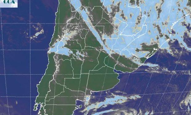 La imagen satelital sirve para ver el claro desplazamiento de la masa de aire húmedo hacia el noreste del país.