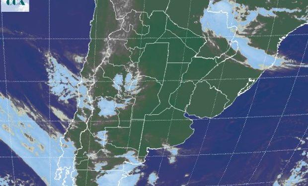 En la foto satelital se aprecian los cielos despejados que dominan gran parte del país.