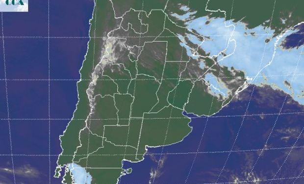 La foto satelital presenta claramente la zona de cielos despejados, la cual comienza a ganar coberturas en Santiago y hacia al NOA.