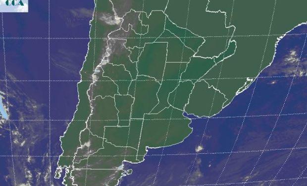 La foto satelital no muestra nada para destacar. Algunas nubes bajas apenas destacadas transitan el norte del país.