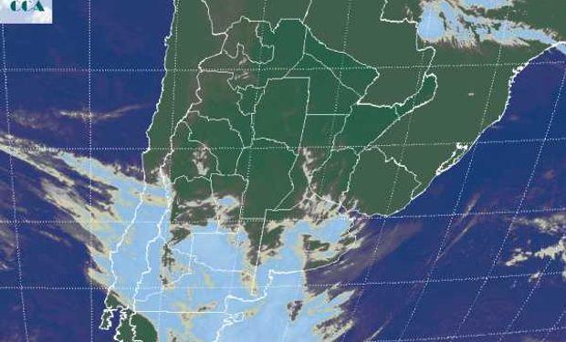 La foto satelital, da cuenta de la entrada de un sistema frontal que se evidencia en las coberturas nubosas que se generan en la zona de interacción de las dos masas de aire.