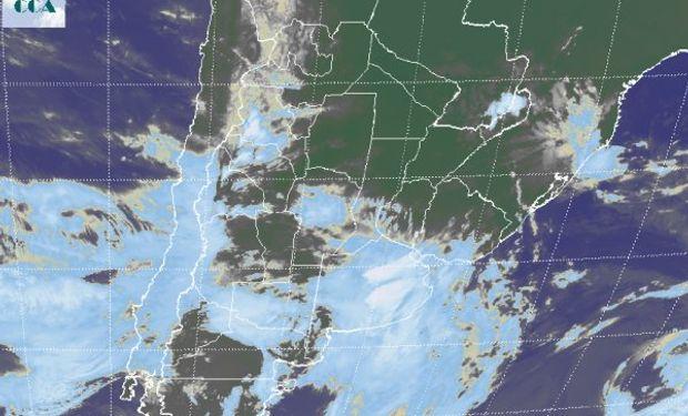 La foto satelital permite identificar el área principal de las nubes de mayor desarrollo sobre la provincia de Buenos Aires, con áreas de tormenta en algunos corredores del este.
