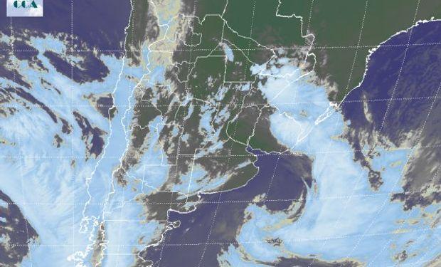 Alto índice de humedad, inestabilidad y temperaturas por encima de la media para el trimestre frio.  El recorte de la Imagen Satelital muestra profusa presencia de nubosidad tanto en extensión como en desarrollo propio de la situación antes descripta.