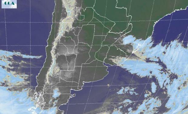 La foto satelital permite apreciar el despliegue de cielos despejados en gran parte del país.