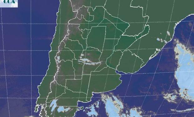 La foto satelital permite apreciar el vasto despliegue de cielos despejados, con un tránsito menor de nubosidad sobre el centro de CB.