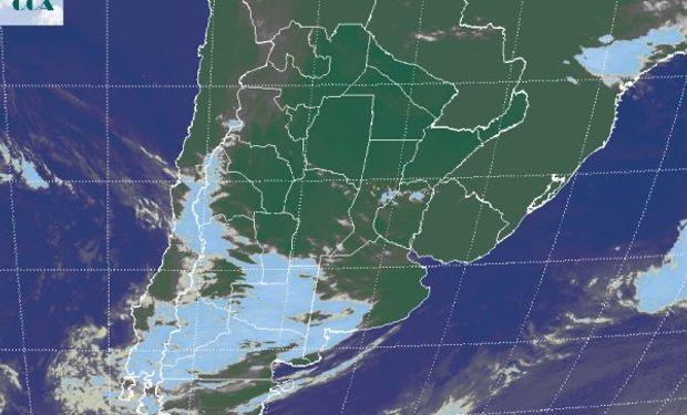 Nubosidad avanzando desde el oeste con escaso desarrollo ingresando a la zona de alta presión del este.