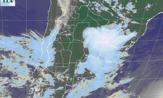 La foto satelital permite identificar nubes desarrolladas asociadas a chaparrones y tormentas en gran parte del centro sur de Corrientes.