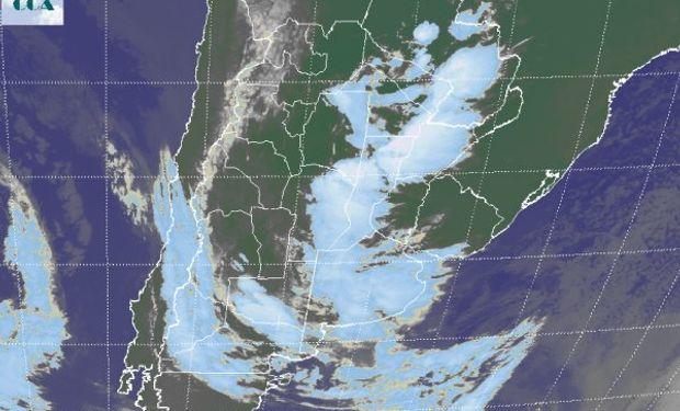La imagen satelital revela el vasto despliegue de nubosidad, que incluso alcanza la zona agrícola de Paraguay.