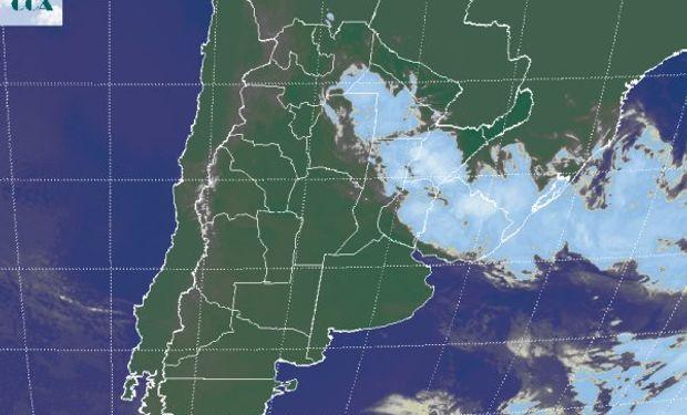 La foto satelital muestra el manto de coberturas nubosas que define la posición frontal.