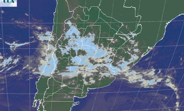 La foto satelital presenta el avance desde el oeste de coberturas nubosas que toman buena parte de la región pampeana.