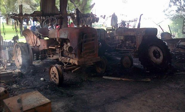 Entre las pérdidas por el incendio se destacan tres tractores viejos. Foto: @matiaslongoni vía Twitter