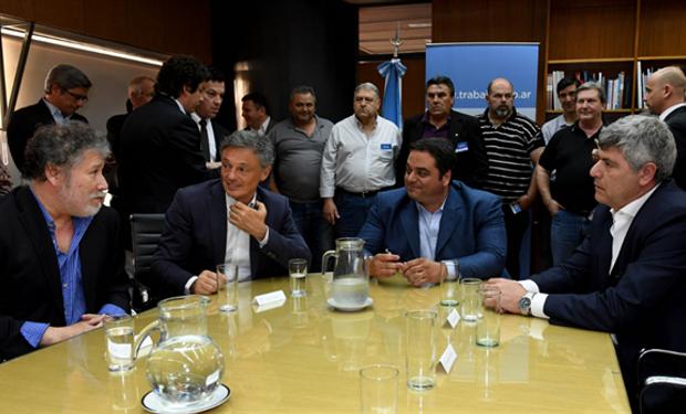 El gremialista Ponce con Cabrera, Triaca y Buryaile en la firma del acuerdo. Foto: Ministerio de Trabajo