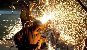 La UIA busca acotar el reclamo salarial de los gremios y desata la polémica